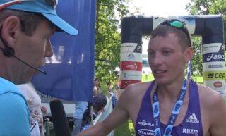 Roman Fosti pärast finišeerimist intervjuud andmas.
