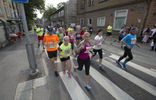 10 km Sügisjooksul osalejad Soo tänaval. Foto: LIIS TREIMANN/POSTIMEES/SCANPIX