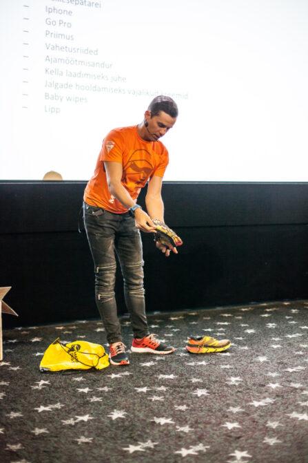 Joel Juht näitab jooksujalatseid, millega ta kõrbes jooksis.
