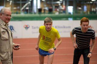 Treener Endel Pärn ei lase noortel jooksjatel üle treenida.