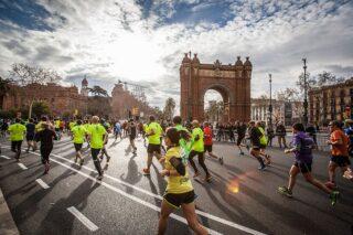 Jooksjad Barcelona maratonil. Nii harrastussportlastel kui ka profisportlastel on reisil vaja ravikulukindlustuse lisakaitset.