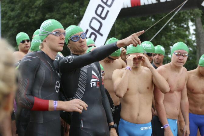 Tipptriatleedid (vasakult) Kirill Kotšegarov ja Marko Albert ja ujuja Kregor Zirk osalesid 2016. aastal Ironman 7.03 Otepää võistlusel võistkondlikus konkurentsis.