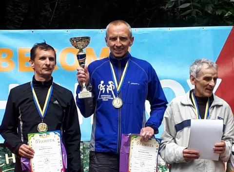 Rain Vellerind Vinnitsas poodiumi kõrgeimal astmel 24-tunni jooksu võitjakarikaga. Foto: erakogu