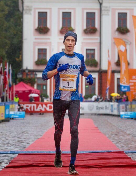 Raivo Alla Tartu Linnamaratoni võitjana Raekoja platsil finišis. Foto: Tarmo Haud