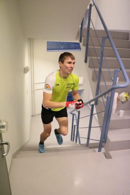 Rauno Tiits SEB hoone trepijooksul. Foto: Erkki Viljarand