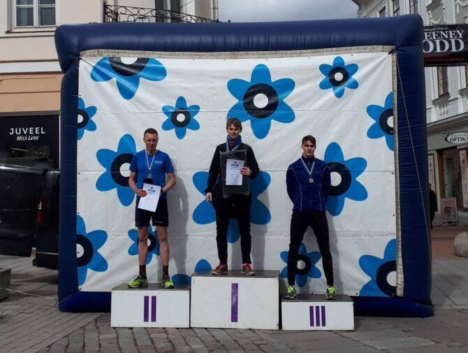 Kolm kiiremat meest Tartu Sinilille jooksu autasustamisel. Foto: erakogu
