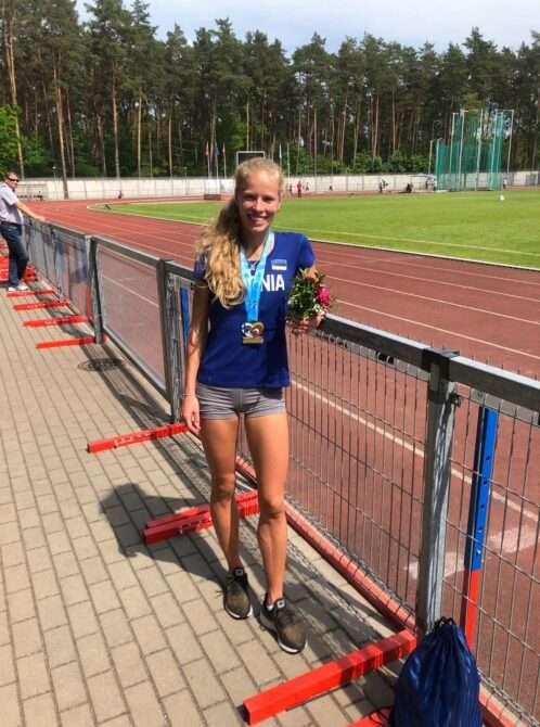 Kelly Nevolihhin teise võidetud kuldmedaliga Kaunase staadionil. Foto: erakogu