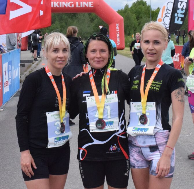 Kolm poolmaratoni kiiremat naist finišis. Vasakult: Marion Tibar, Olga Andrejeva ja Kadiliis Kuiv. Foto: Taavi Tambur