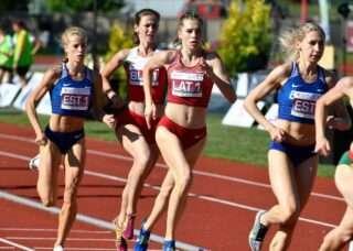 Kelly Nevolihhin ja Helin Meier naiste 800 m jooksus. Foto: Balti meistrivõistlused