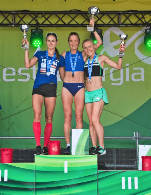 Kaisa Kukk, Liina Luik ja Kaia Lepik autasustamisel. Foto: EKJL
