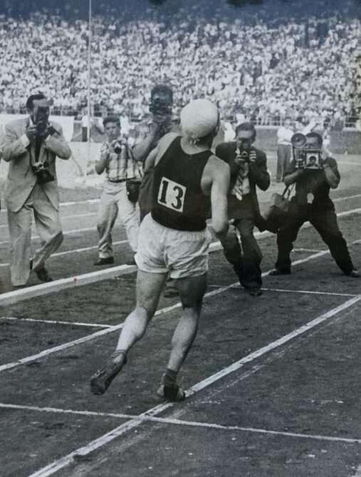 Hubert Pärnakivi taarub 10 000 meetri jooksu viimastel meetritel 1959. aasta 18. juulil Philadelphias.