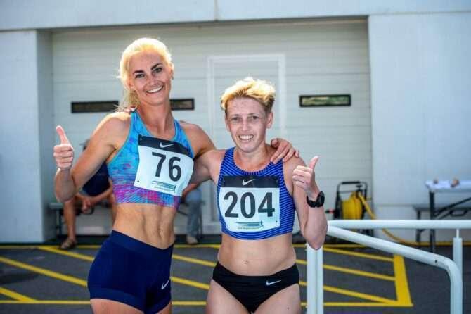 Liina Tšernov ja Jekaterina Patjuk pärast 3000 m jooksu Pärnu Rannastaadionil. Foto: Marko Mumm/EKJL