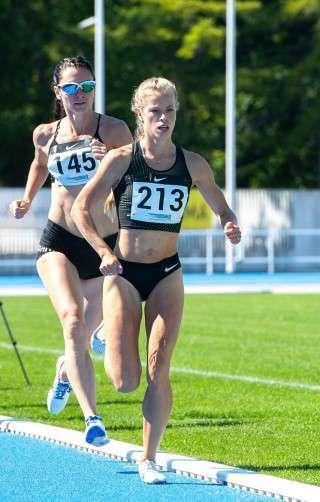 Kelly Nevolihhin Pärnus 1500 m jooksu juhtimas. Foto: Marko Mumm/EEKJL