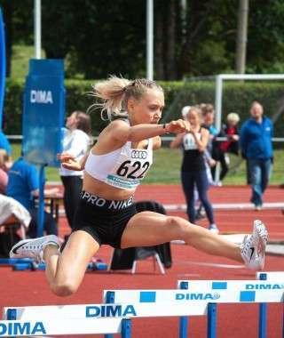 Carmen Rääk U16 Eesti meistrivõistlustel tõkkejooksus. Foto: Marko Mumm/EKJL