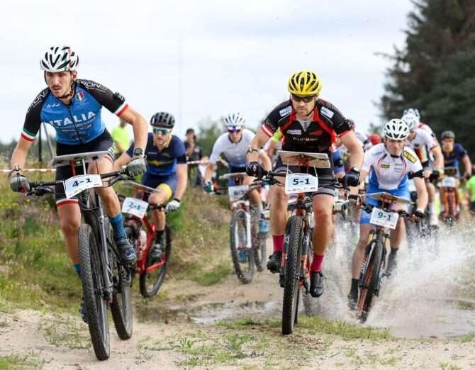 võistlejad teatesõidu avavahetuses - paremal eestlane Tõnis Erm. Foto: Rainer Burmann