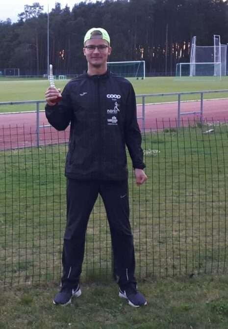 Mardo Lundver koos staadioni rekordi püstitajale ettenähtud sarvega. Foto: erakogu