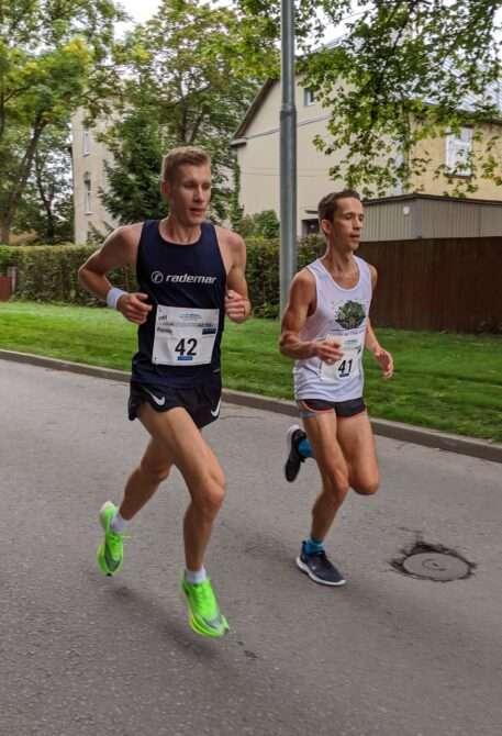 Raido Mitt koos konkurendi Raivo Allaga Tallinna Maratoni rajal. Foto: Kain Väljaots