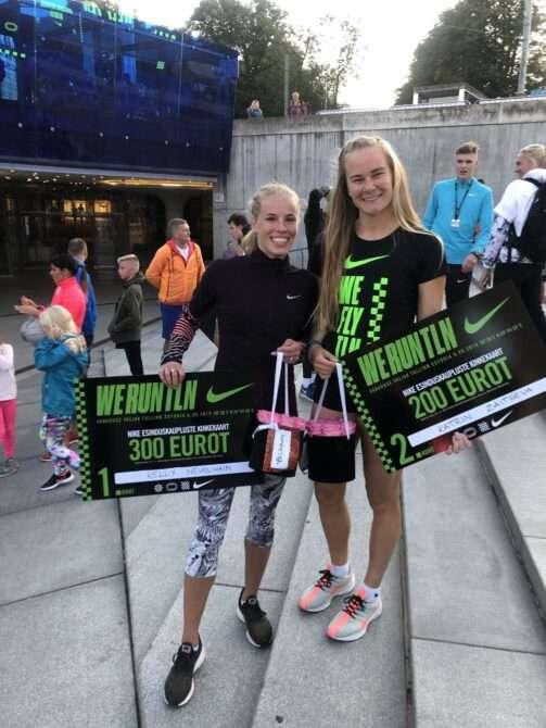 Kelly Nevolihhin ja Katrin Zaitseva pärast Nike Noortejooksu autasustamist. Foto: erakogu