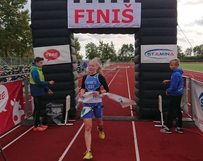 Merill-Mai Kivimets võitjana Kuressaare linnastaadionil. Foto: Ahto Jakson