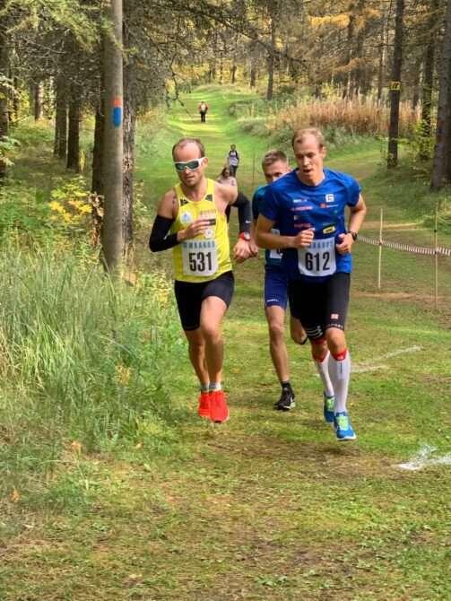 Janar Juhkov,ja Bert Tippi Maardu sügisjooksul. Nende taga jookseb .Foto: Treeningpartner