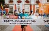 Rauno Laumets võitjana Tartu linnamaratoni finišis. Foto: Adam Illingworth