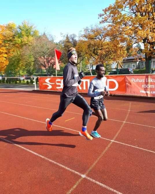 Olavi Allase Türi staadionil möödumas Etioopia jooksjast. Foto: etakogu