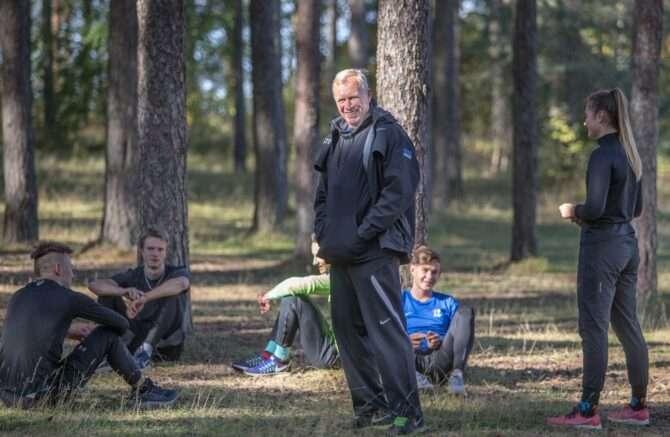 Kergejõustikutreener Tõnu Kaukis harjutas hoolealustega Nõmme parkmetsas. Foto: Mati Hiis/ajakiri Jooksja