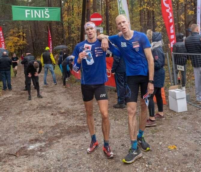 Bert Tippi ja Jaanus Kallaste Rabajooksu finišis. Foto: Nõmme linnaosavalitsus