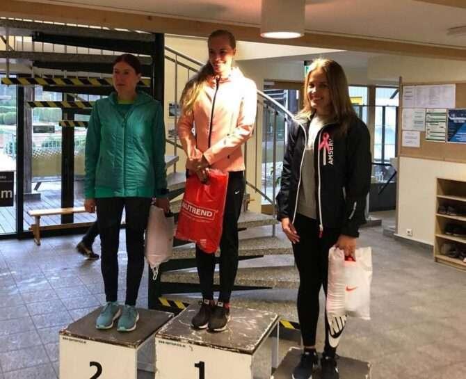 Kolm kiiremat naist Nõmme-Harku metsajooksu autasustamisel. Foto: erakogu