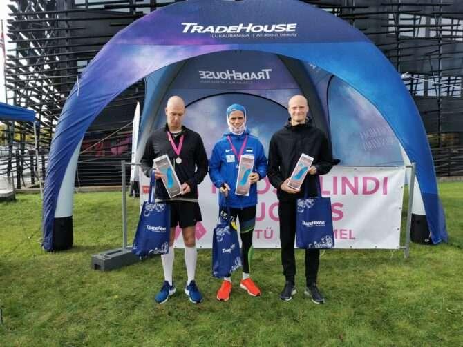 Heategevusliku Roosa Lindi jooksu kolm kiiremat meest autasustamisel. Foto: erakogu