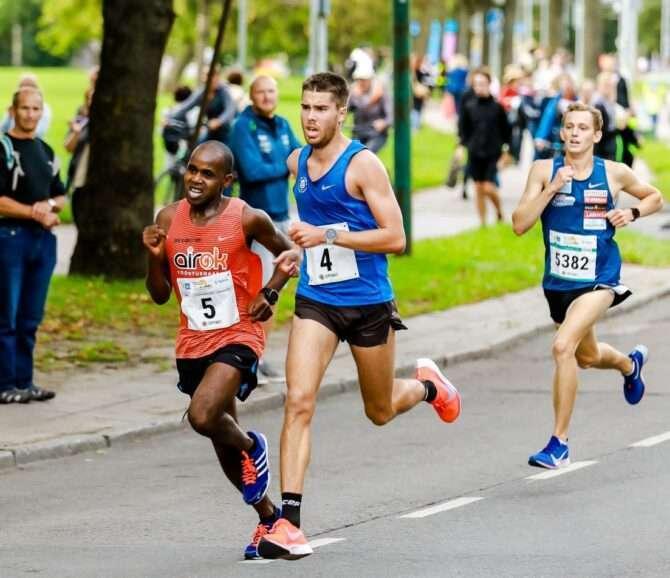 Karel Hussar (4) konkureerib Tallinna Sügisjooksu kümnes kilomeetris keenialase Ibrahim Mukungaga kolmanda koha pärast, nende järel Mark Abner. Krissi Kõrv/sportfoto.com
