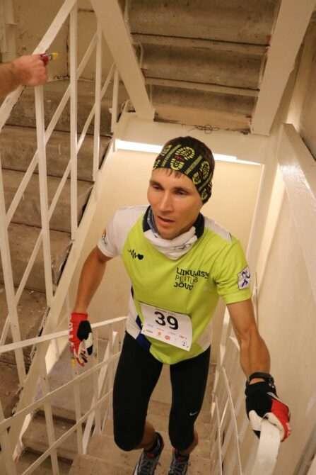Rauno Tiits teletorni treppidel jooksmas. Foto: Erkki Viljarand