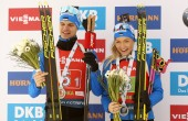 Rene Zahkna ja Regina Oja MK-etapil võidetud medalitega. Foto: Scanpix