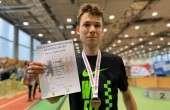 Leonid Latsepov 3000 m medali ja diplomiga. Foto: erakogu