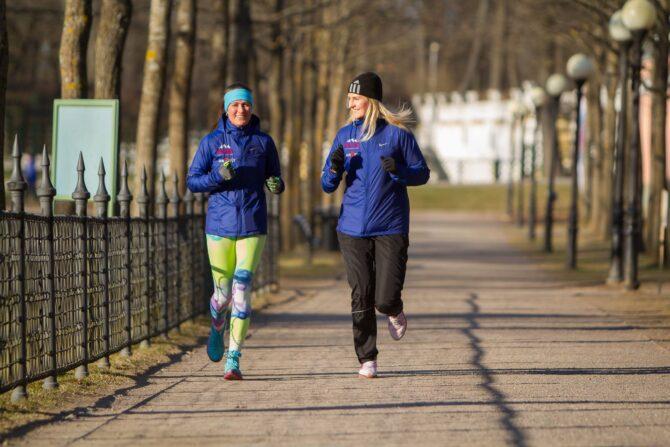 Tervisejooksjad jälgivad Kadrioru pargis 2 + 2 reeglit.