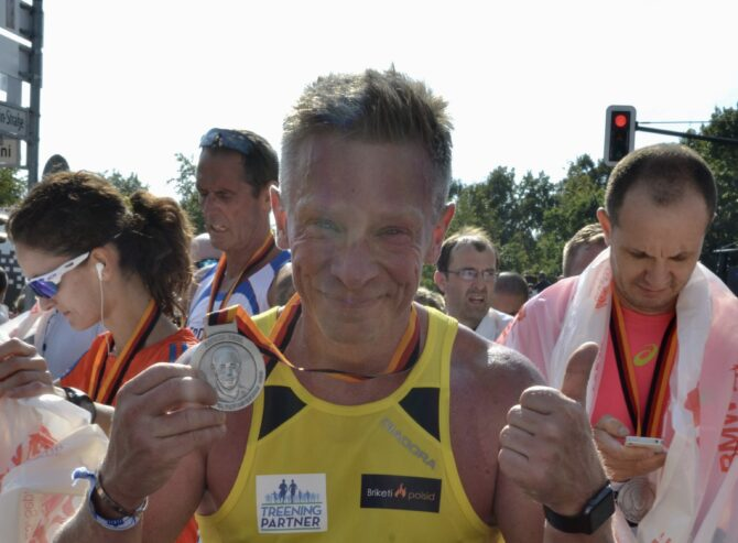 Janek Kukk pärast 2016. aasta Berliini maratoni lõpetamist, tasuks medal ja isiklik rekord 3:42.42.